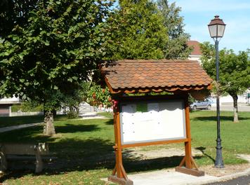 Panneau d'information, square de l'Hôtel de ville.