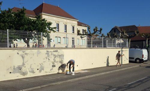 Printemps 2018, après avoir été décapé, réparé et repeint, le mur retrouve une nouvelle couleur.